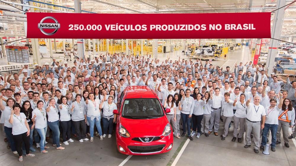 Sale de línea de montaje el Nissan nº250.000, un March SL 1.6 rojo...